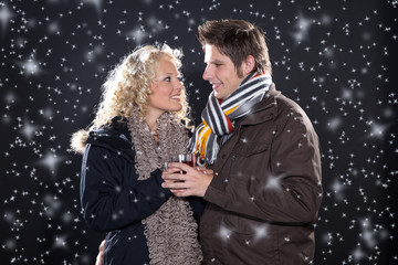 Verliebtes Pärchen an Weihnachten im Sternen Schnee