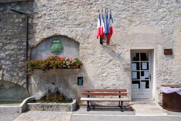 Spoed Fotobehang Fontaine fontaine de village - Drôme Provençale