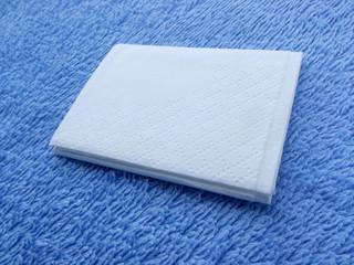 Mouchoir blanc sur fond bleu