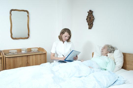 Seniorenpflegerin dokumentiert Pflegeleistung