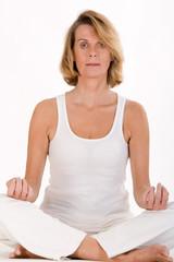ältere Frau macht Yoga