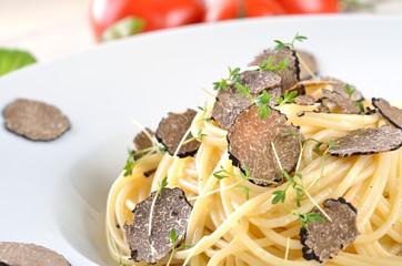 Spaghetti mit frischer schwarzer Trüffel
