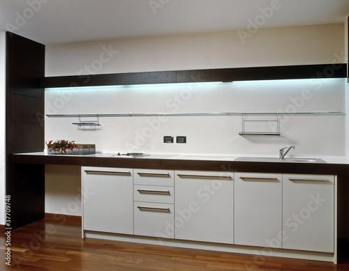 Cucina bianca moderna e pavimento di legno immagini e for Cucina moderna abbonamento