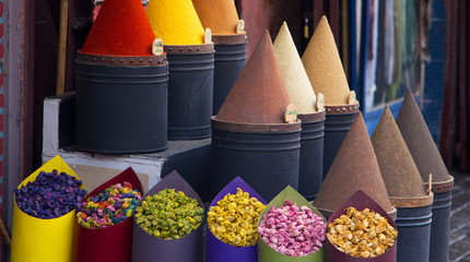Photo sur Plexiglas Maroc Spices and flower shop in Fez, Morocco