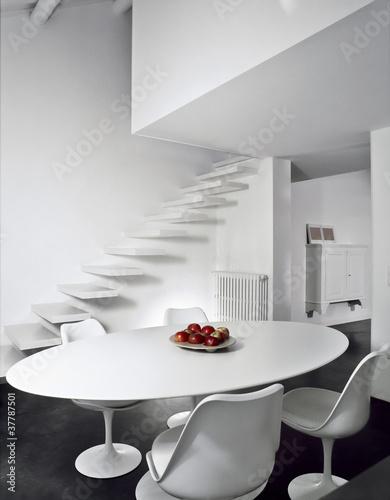 Tavolo da pranzo ovale e tre sedie bianchi immagini e for Tavolo da pranzo ovale
