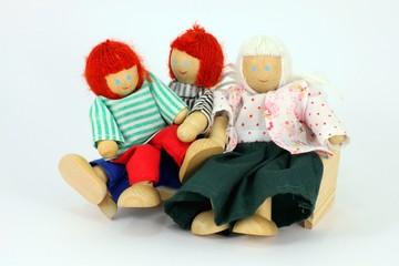 Puppenhausfamilie auf Sofa freigestellt