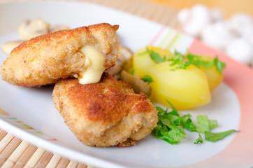 Cordon Bleu mit Petersilienkartoffeln und Champignons