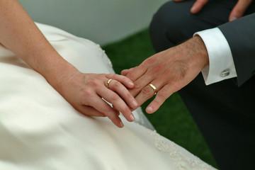 Mani di sposi con fedi