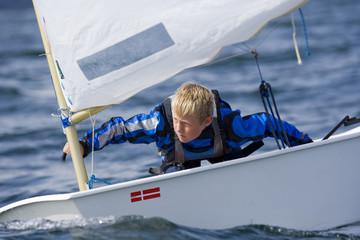 Spoed Foto op Canvas Zeilen Junger Segelsportler
