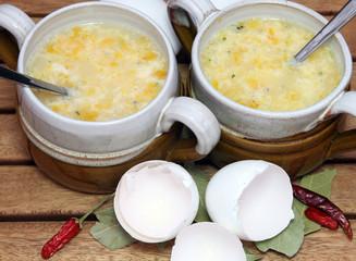 Guten Appetit bei Brühe mit Ei