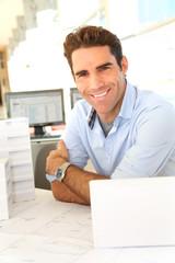 Portrait de jeune architecte au bureau