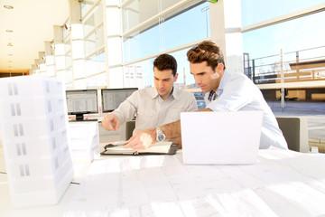 Architectes en réunion de travail