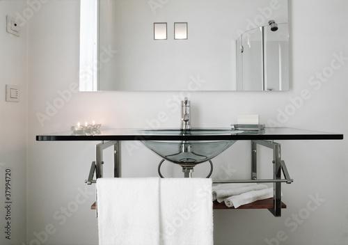 Lavabo e piano di cristallo per un bagno moderno immagini e fotografie royalty free su fotolia - Lavandino bagno vetro ...