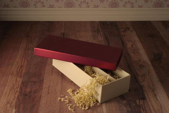 boite ouverte et son couvercle sur le sol