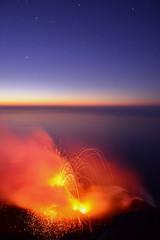 Vulkan Ausbruch mit Sternen