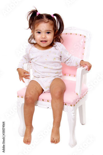 petite fille avec des couettes et body sur chaise rose photo libre de droits sur la banque d. Black Bedroom Furniture Sets. Home Design Ideas