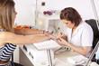 im Nagelstudio - Fingernägel werden vorbereitet