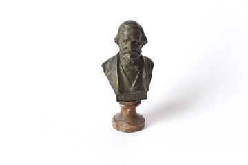 Busto di Giuseppe Verdi su fondo bianco