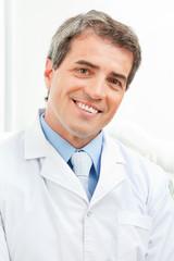 Lächelnder älterer Arzt