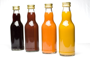 Bunte Auswahl an Saftflaschen