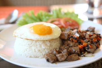 roast beef with black pepper and fried egg on rice