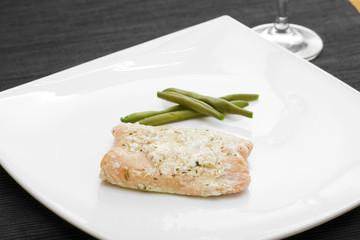 Piatto di salmone con aromi e fagiolini