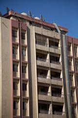 altes Hochhaus - Fassade mit Balkon