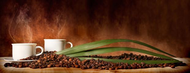Fotobehang koffiebar Caffè in tazza, con chicchi sparsi sulla tavola