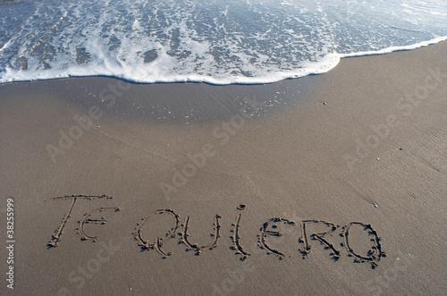 """Te Amo Escrito En Pluma En La Arena Imagen De Archivo: """"Te Quiero, Arena De Playa, A Orillas Del Mar."""" Fotos De"""