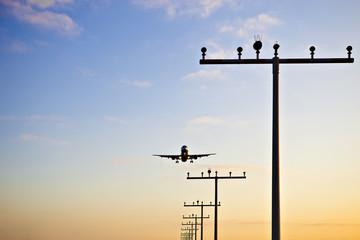 Flugzeug im Landeanflug bei untergehender Sonne Abendrot