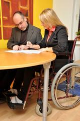 Teambesprechung mit gehbehinderter Frau