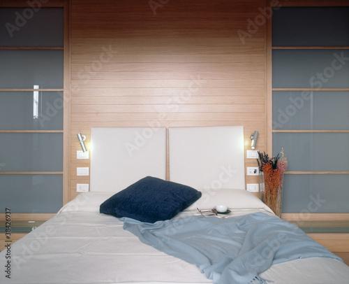 camera da letto di lusso moderna con boiserie\