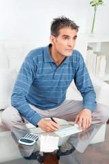 Älterer Mann unterschreibt Scheck