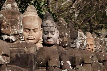 Statues de la porteSud de la cité fortifiée d'Angkor Thom