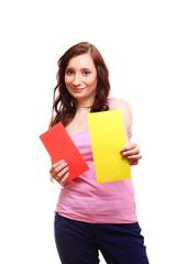 junge schöne frau mit roter und gelber karte