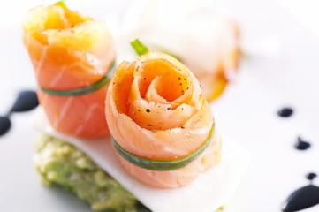 Tapas mit Lachs und Avocadocreme