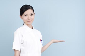 女性の看護士/案内