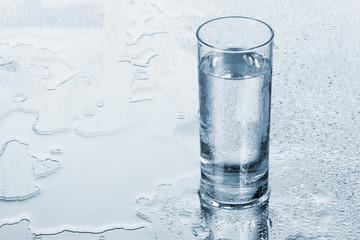 Fotoväggar - Glass of water on blue background
