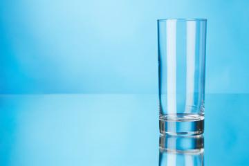 Fotoväggar - Empty glass on blue background