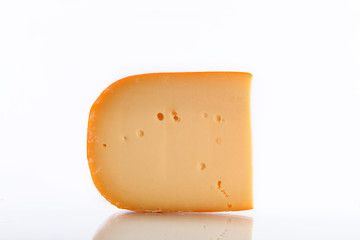 Gouda Käse auf weißem Hintergrund
