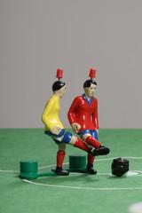 Fussballspiel mit Tipp-Kick-Figuren im Duell