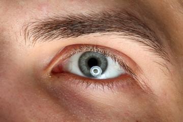 Nahaufnahme eines maennlichen Auges