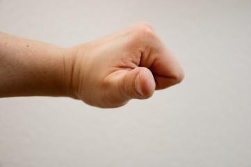 Hand mit abgespreiztem Daumen