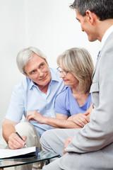 Senior unterschreibt bei Berater