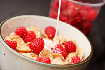 Cornflakes with milk and raspberries
