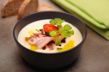 Zupa serowa z bekonem