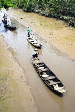 barqueras en el delta del rio mekong