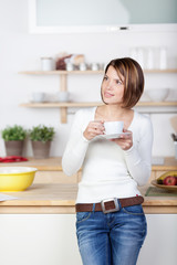frau mit einer tasse kaffee in der küche