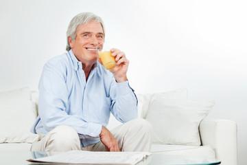 Senior trinkt Saft