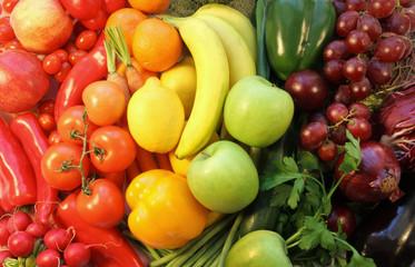 obst und gemüse, regenbogenfarbig angeordnet
